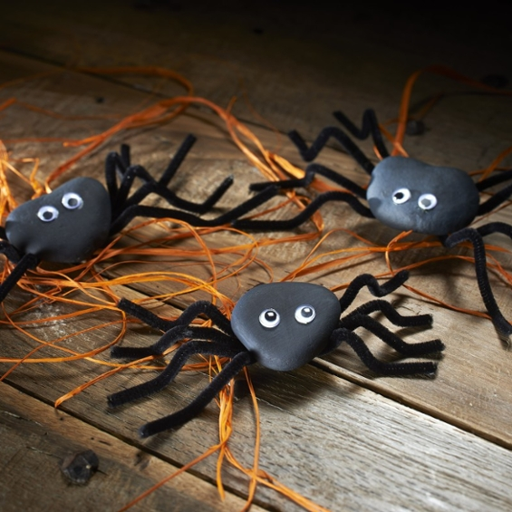 These adorable pebble spiders are really easy to make and are perfect for keeping little ones busy for a few hours!   Follow the step-by-step tutorial here: https://t.co/C5Z3GS31Bk  #HalloweenCrafts #KidsCrafts #Hobbycraft https://t.co/CrXnbKod54