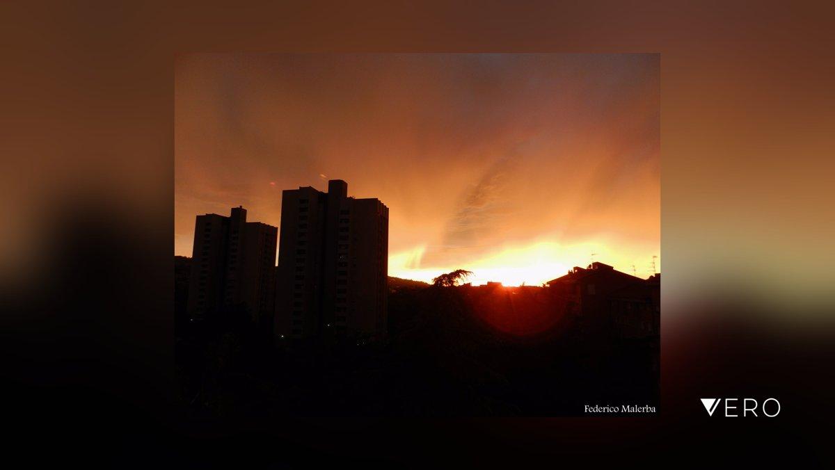 """""""Bruci la città"""" 🌇 . . . . . .  #città #skyline #foto #nuvole #tramonto #cielocolorato #cieloinfuocato #cieloafuoco #redsky #cielorosso #firesky #firedsky #fotografia #photo #photos #fotografie #photography #sunset #sunsetphoto… https://t.co/nmkuFDSp4F https://t.co/WfhPZ3w3p1"""