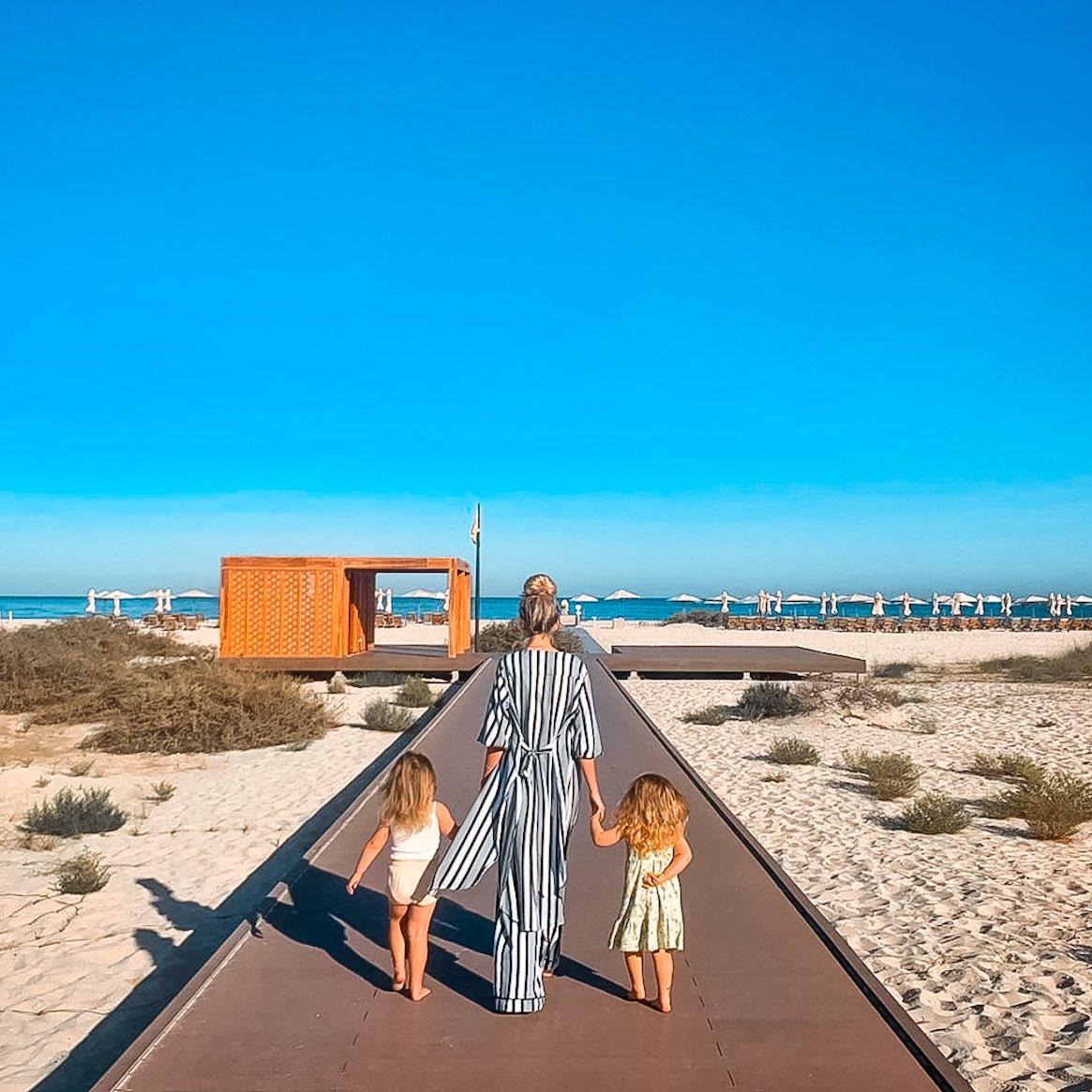Sea, sun, family and happy memories. That's all what we need!   📷: @thelittlebrownblog   #SaadiyatRotana #FamilyBeachDay #SaadiyatIsland #inAbuDhabi https://t.co/P0kUMXeOf3
