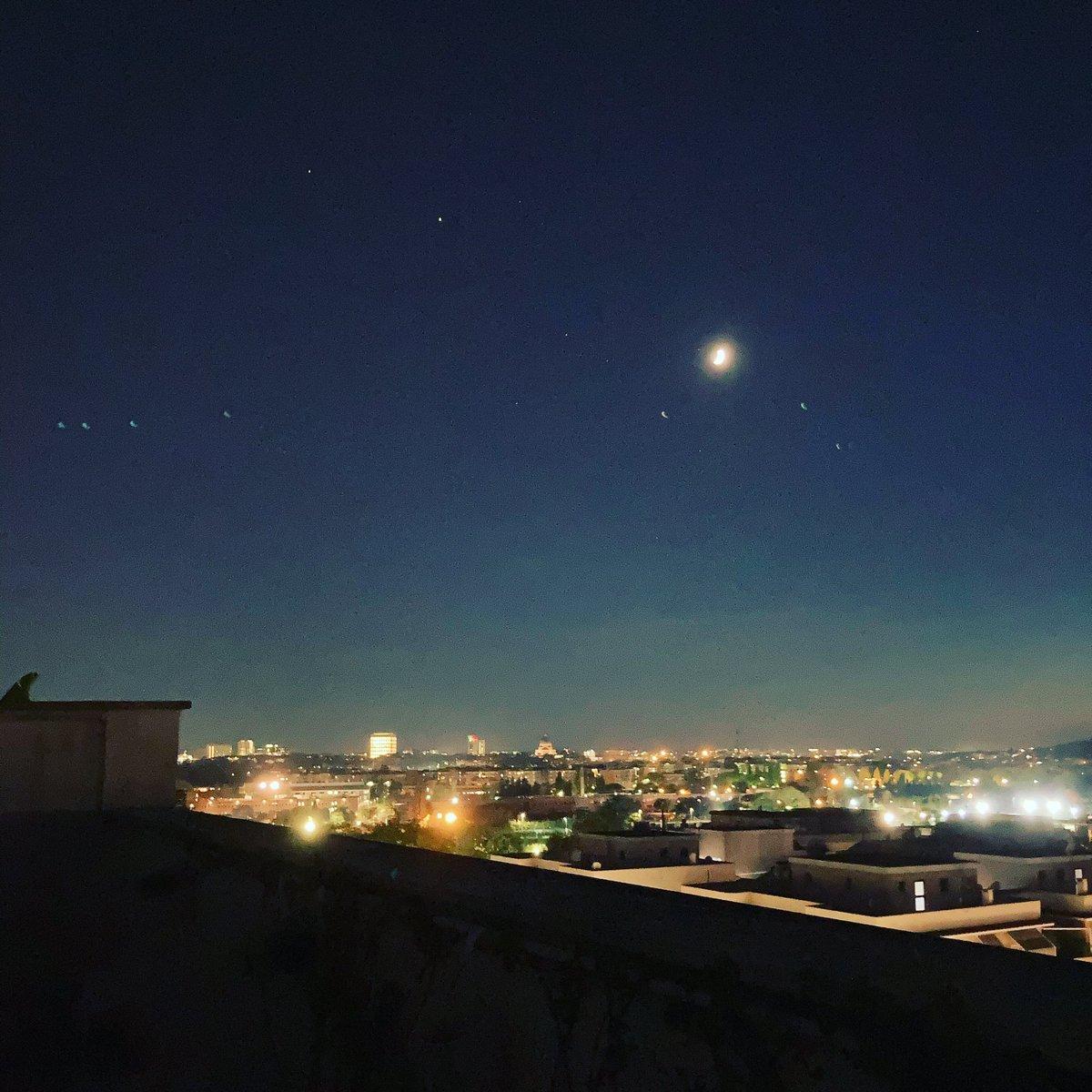 E il mio maestro m'insegnò a cercare l'alba dentro l'imbrunire.  #Luna sull'Eur   #roma #tramonto #skyline https://t.co/Msozg0EibH