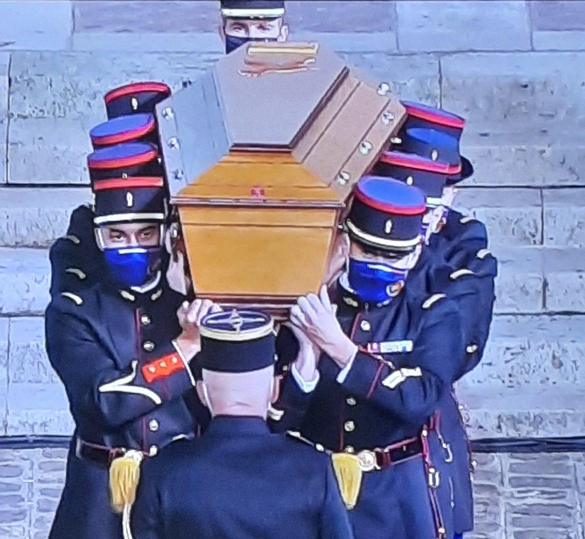 Hommage émouvant à Samuel Paty devant la Sorbonne. Vive léducation. Vive la liberté dexpression. Vive la la démocratie. #HommageSamuelPaty