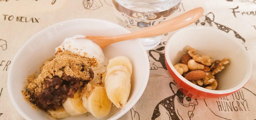 朝ごはんギリシャヨーグルト、バナナ(半)、発酵あんこ、きなこナッツ昨日作ったあんこちゃん温めてきなこかけて食べたら昇天しました😇本当にみんなに作って欲しい自然な甘さ。砂糖不要の発酵あんこ*小豆麹 by くみんちゅキッチン #月曜断食 #発酵あんこ