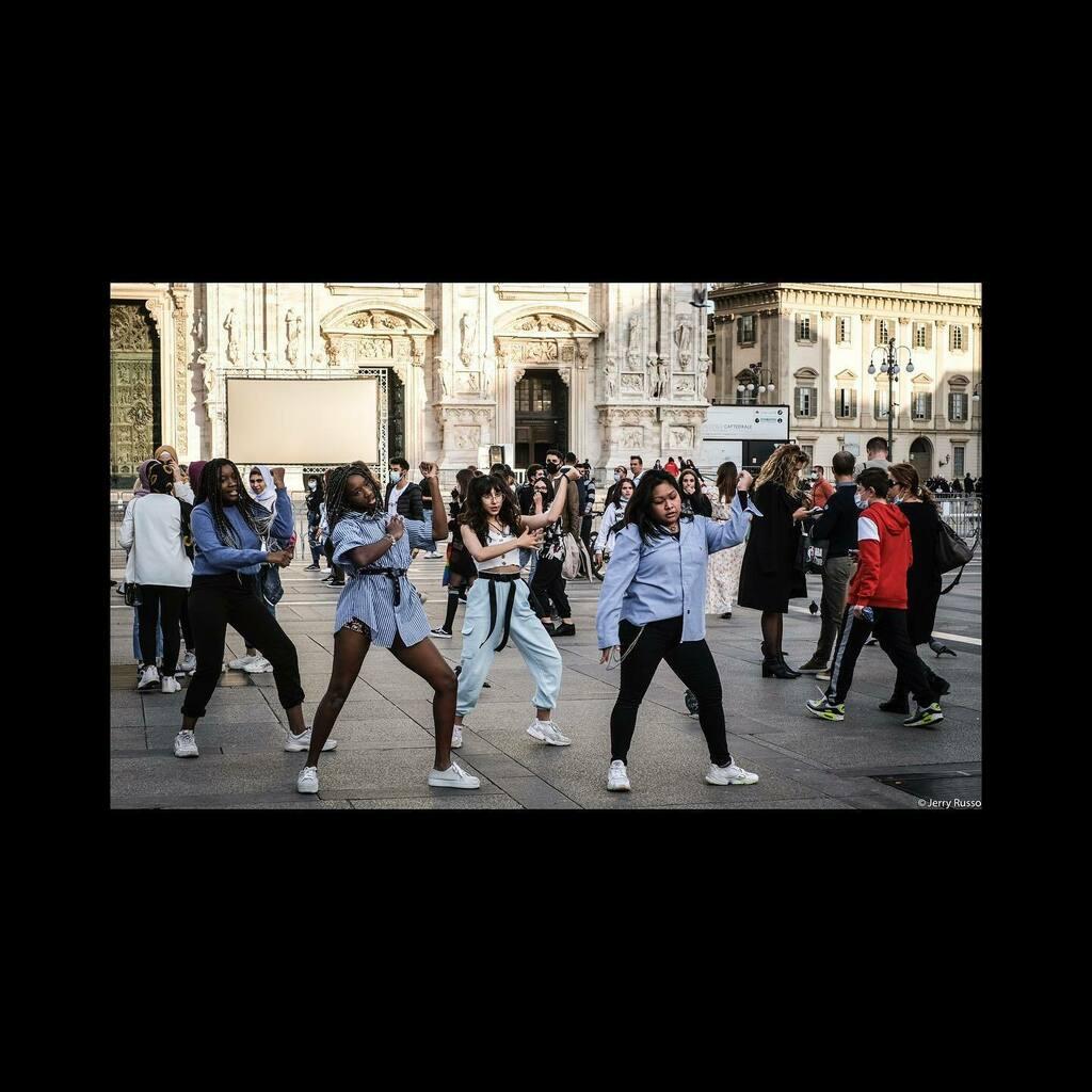 Flashmob  #milano #milanocity #milanotoday #milanogram #milanostreetstyle #milanolife #milanodaclick #milanodavedere #milanobynight #milanomia #milano_bestphoto #milan #lombardia #lombardy #jerryr81 #duomo #girls #dancers #dancersofinstagram #streetphoto… https://t.co/FwDxPRqR1x https://t.co/Dj81R5GNae