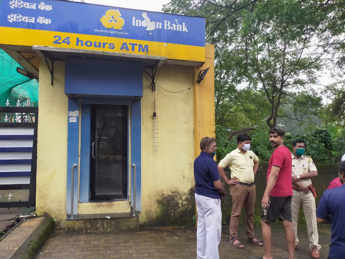 #Mumbai | The local citizens saved #robbery of #indian #bank ATM in #Mulund West Today Morning. The accused escaped after the local citizens tried to apprehend them, but they fled the spot @MumbaiPolice #Maharashtra https://t.co/ZJyhOo4CTO