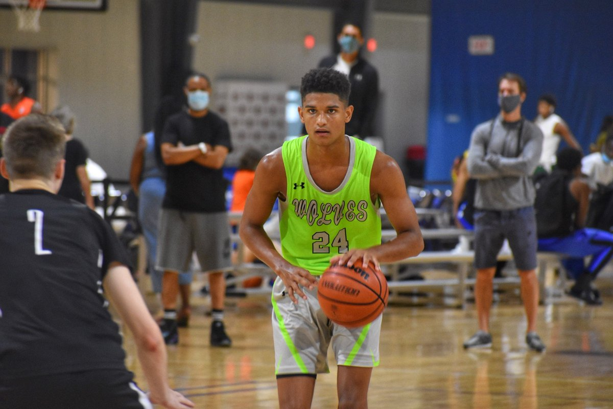 Let's start this off with @Jax_Bouknight. He's a really talented scorer, can legitimately play both guard spots, but what I liked most watching him this summer was his competitiveness. He's got a little fire to him and gets amped up to face higher ranked/recruited guards. https://t.co/DcBNiR4ki9