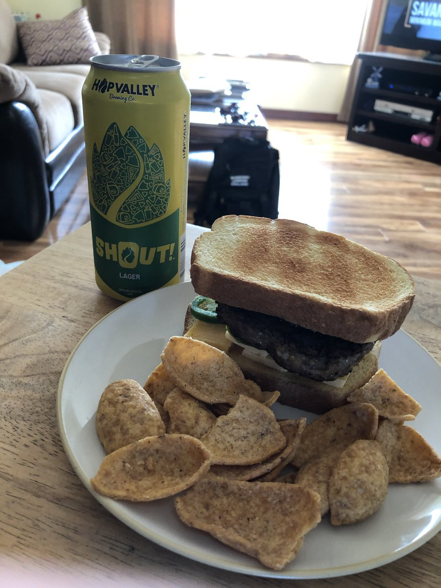 🍔🍺🔥#HappyHumpDay #HumpDayHappyHour #beer #beerlover #burger #burgerlover #Cheers @HopValley @HopValleyBrews #Craftbeer #Oregoncraftbeer #shout #foodlover #homecooking #homeMade #WorldSeries #WorldSeries2020 #WednesdayVibes #staysafe #staywell 😷😎 https://t.co/tLvzMgnjyn