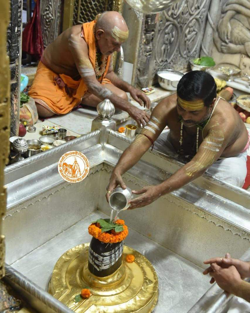 आज दिनाँक 22-10-2020 को श्री काशी विश्वनाथ मंदिर के मंगला आरती के दर्शन।  #ShriKashiVishwanath #Shiv #Mahadev #Baba #Temple #Nyas #ManglaAarti #darshan #blessings #Varanasi  #Kashi #Jyotirlinga  #ThursdayThoughts https://t.co/E03CRY0m6w