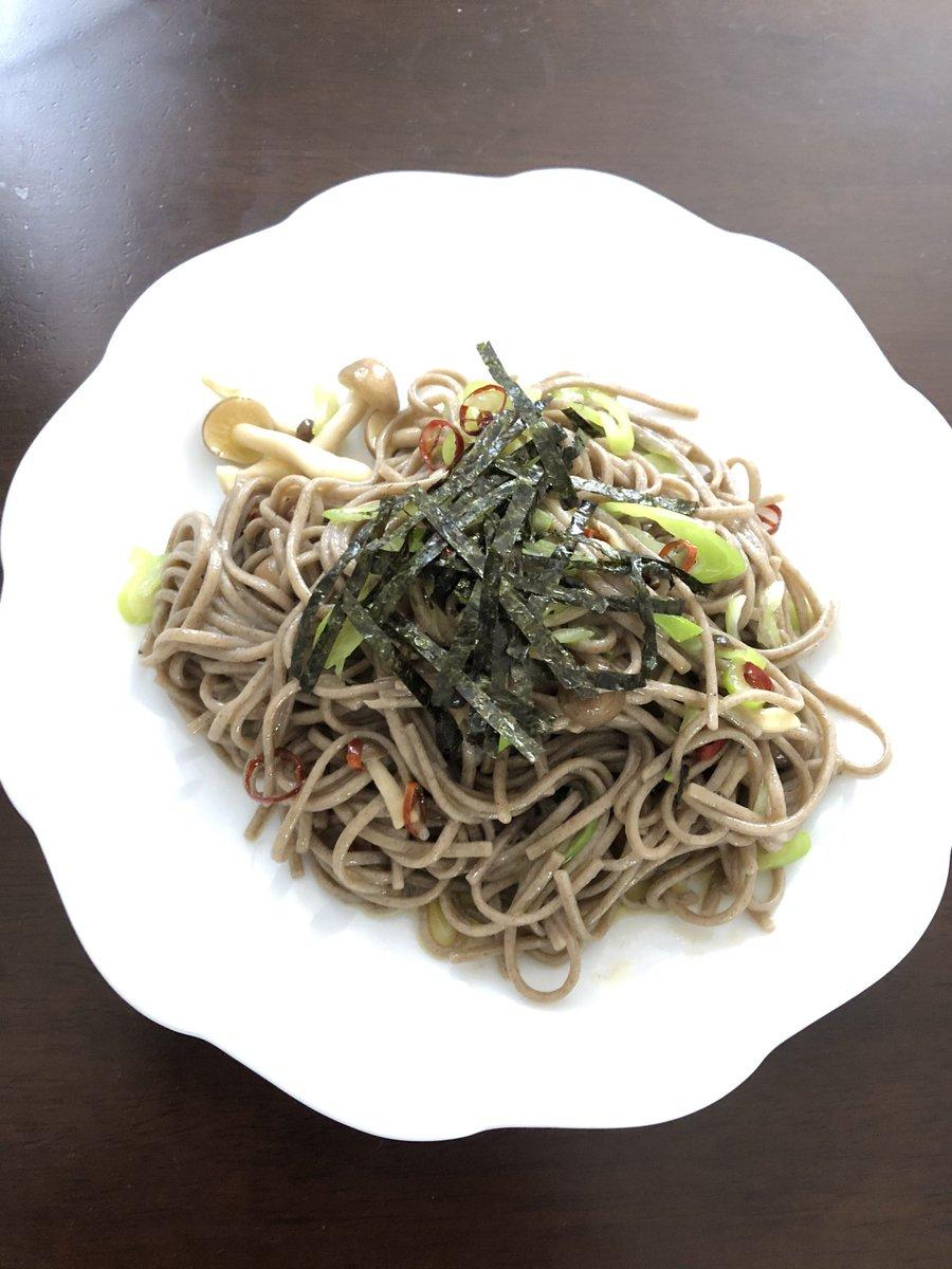 お昼のランチは日本蕎麦でペペロンチーノ少し茹で汁を使った方がいいかもペペロンチーノなので、パルメザンチーズが合う( ̄▽ ̄)ベースのレシピ #クラシル @kurashiru0119より