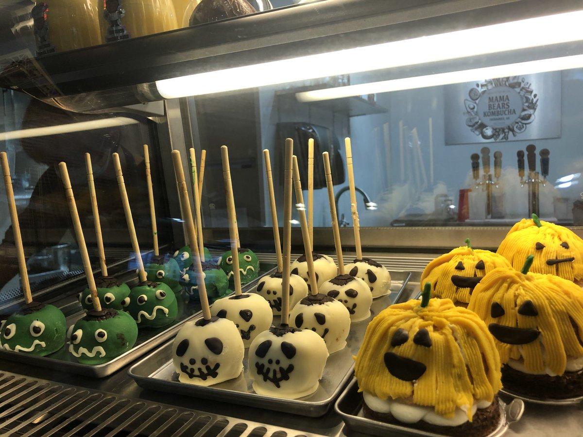 来週の土曜日は満月のハロウィーン!フェアバンクスの日本人経営ケーキ&パン&お惣菜屋さんOishi Bakeryには可愛いハロウィーンテーマのスゥイーツが沢山!お味も絶品です!#フェアバンクス #ハロウィーン #ケーキ #fairbanks  #Halloween #cake #sweets #Oishibakery https://t.co/q1aRFxDptb
