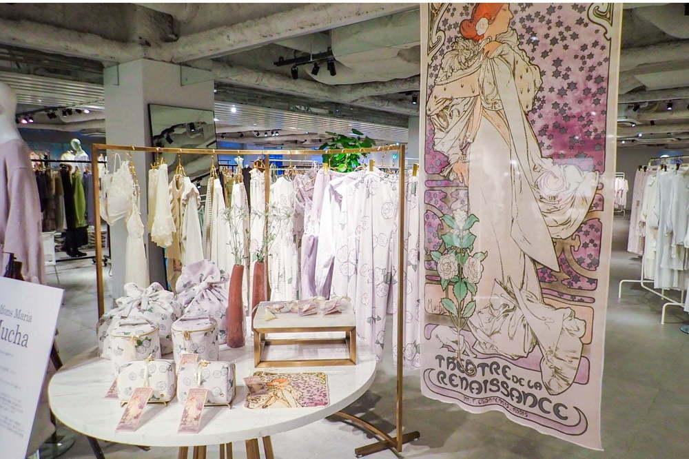 ジェラート ピケ×ミュシャのルームウェア再び、「椿姫」モチーフのドレス&夜空のランジェリー -