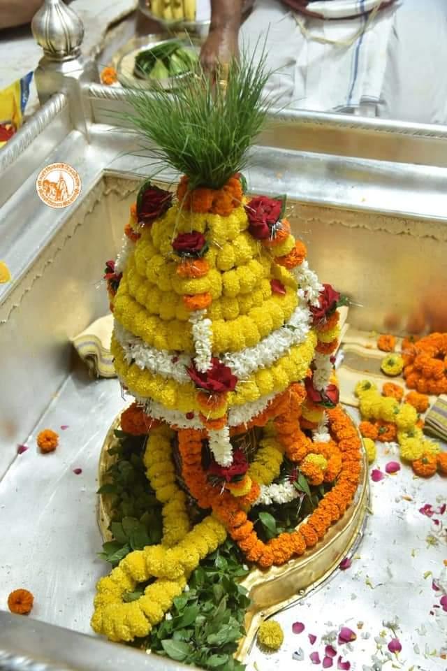 आज दिनांक 22 -10-2020 गुरुवार के श्री काशी विश्वनाथ ज्योर्तिलिंग जी के प्रातः मंगला श्रृंगार आरती एवं दूग्ध अभिषेक के पावन व दिव्य दर्शन #ShriKashiVishwanath #Shiv  #Mahadev #Baba #Nyas #ManglaAarti #darshan #blessings #Varanasi  #Kashi #Jyotirlinga  #हर_हर_महादेव  📿🙏🙌 https://t.co/zXV7pbrJab