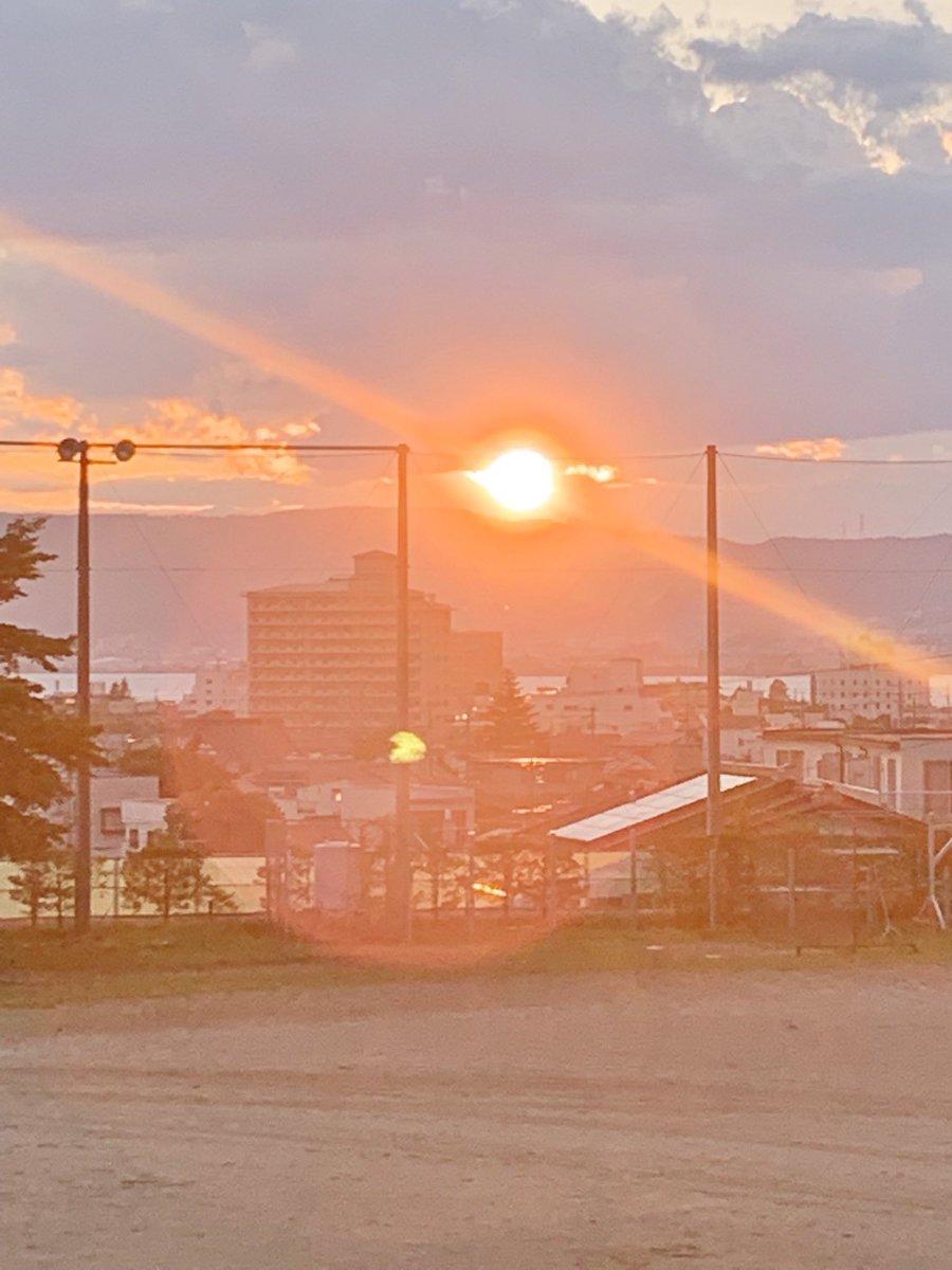私の高校から撮った夕日の写真を加工しました!! 暖色を強くして、全体をぼかした感じです。 #PicsArt  #画像加工 #アイコン #自作アイコン #綺麗な景色 #綺麗な写真 https://t.co/sJRCZNHGwC