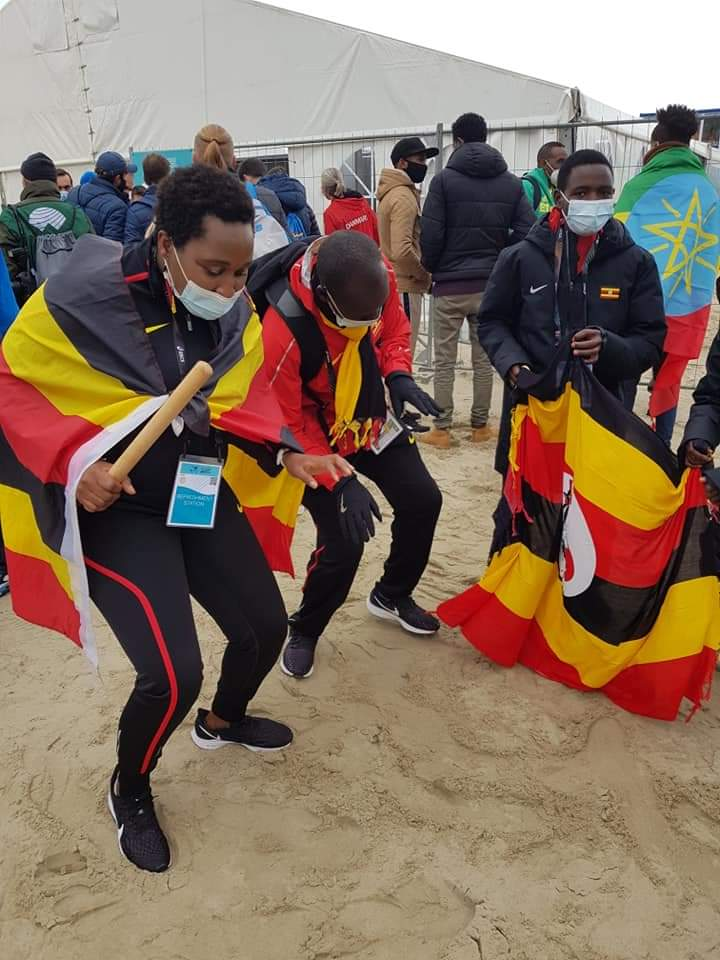 As the race went on, we kept entertaining ourselves with the rest of the teammates and their coach @njia_benjamin 💯 our frying pan was our drum😂😂😂😂 #worldhalfmarathon  @joshuacheptege1