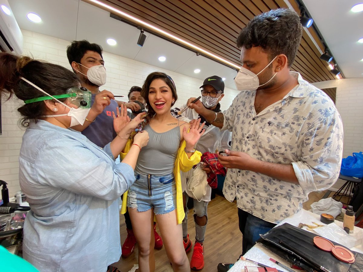 You are nothing without ur team. Huge Thank You to my lovely team for working with all the pre-requisites and precautions during this pandemic & making things happen so smoothly 🤗 Love u all!  P.S Pata hai yeh kab ka photo hai? Pata chalega bohot jald 🎶🎸😬  #TulsiKumar #tkians https://t.co/UUQuc6Ea3L