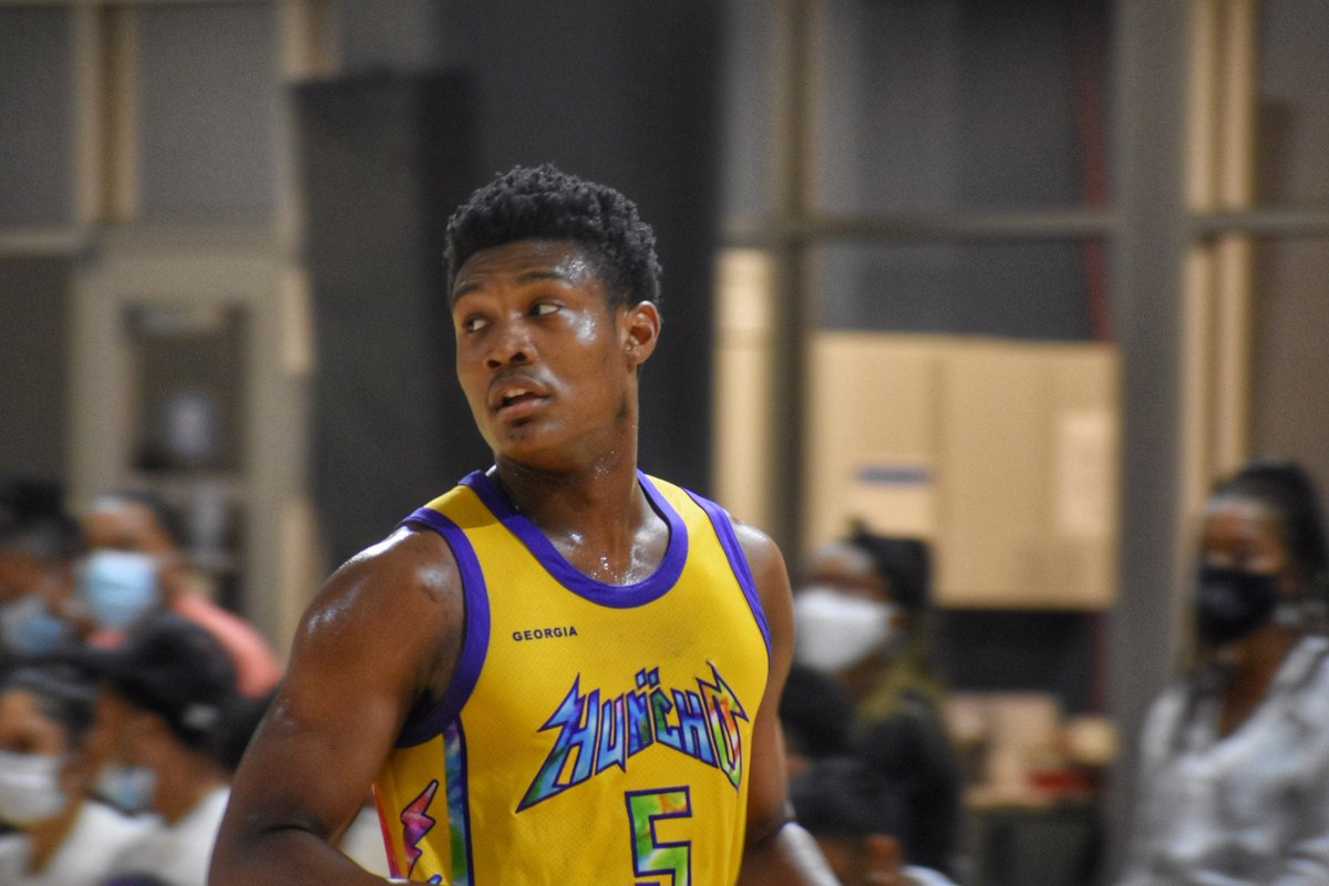 Jaden Harris (@_jadennn5) had a really good summer for @teamhunchobball. Good size for a guard at 6'4. Really strong attacking the basket. Competes on the defensive end. Strong academically as well. D1's in need of a guard should start tracking him. https://t.co/QmvT65Fewt