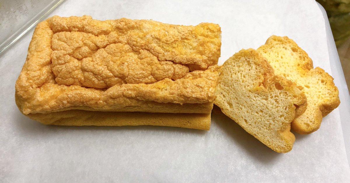 無糖の生クリームを泡だてて添えたら『パンと言うよりケーキだね。美味しいね。』と試食した子どもに言われました💖 (子どもには低糖質ですが #金森式 ではないです。)レシピはクックパッドのを参考に、卵とアーモンドプードルとバター(型に塗った)のみ。