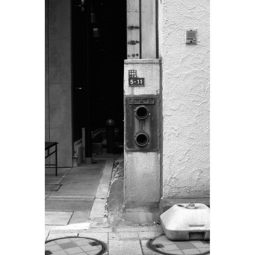ビル、消火栓。  2020年8月撮影  KonicaⅢA / Hexanon 50mm f1.8 / 100TMAX  #konishiroku #konica #konica3a #hexanon #hexanon50mm #kodak #tmax100 #filmphotography #blackandwhite #monochrome #コニカ #小西六 #フイルムカメラ #モノクロ https://t.co/bRlkogphRl