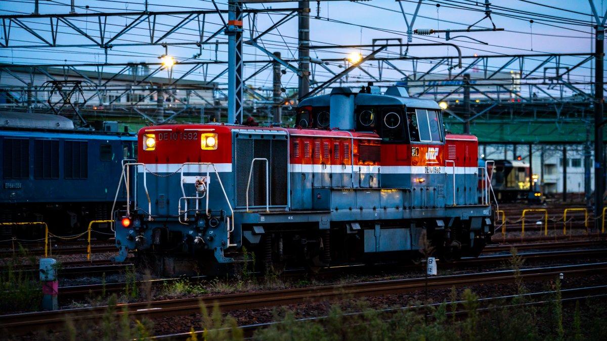 昨日の夕方、一瞬だけ立ち寄った稲沢・・・・。 別件の撮影のついでだったので、10分くらいしか時間なかったけど・・・。  #EF64 #DE10 #DF200 #約3分鉄道動画の旅 https://t.co/9wpdj6Mcap