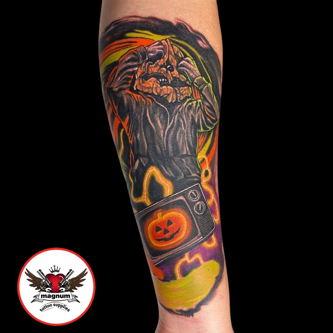 Awesome Halloween 3 Season of the Witch tattoo from @malotattoo using #magnumtattoosupplies 🎃 . . #halloween3seasonofthewitch #spooky #colourtattoo #ink #tattoo #seasonofthewitch #johncarpenter https://t.co/VKDUQiDxMK