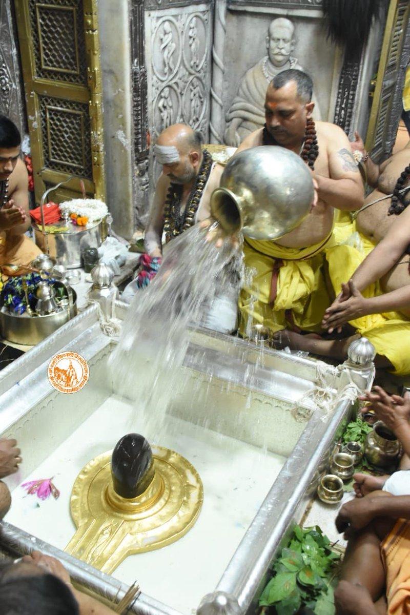 आज दिनाँक 22-10-2020 को श्री काशी विश्वनाथ मंदिर के सप्तऋषि /संध्या आरती के दर्शन।  #ShriKashiVishwanath #Shiv #Mahadev #Baba #SaptRishiAarti #SandhyaAarti #Temple #Trust #Nyas #darshan #blessings #Jyotirlinga #Varanasi #Kashi https://t.co/QWK4YWvZsA