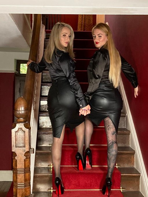 The blonde bombshells are back ... are you ready for Us?   @MissSuzannaMax https://t.co/qRUxbQvO2I