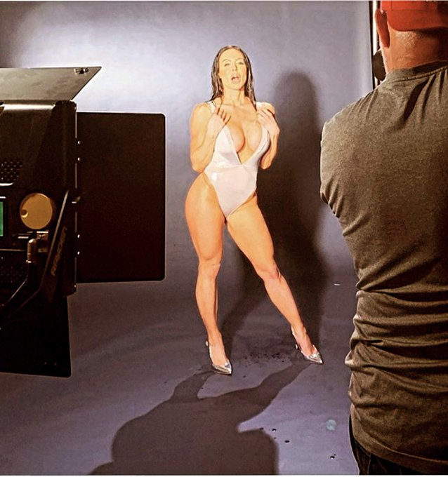 2 pic. #TBT when i was cool and did photo shoots #BootyAndLegs https://t.co/BEUB42lit2