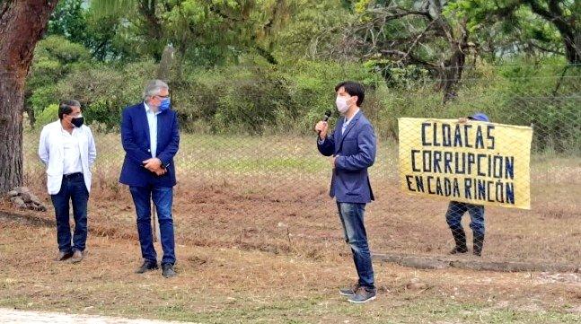 CLOACAS, CORRUPCIÓN EN CADA RINCÓN..  Un héroe anónimo carga un cartel con esa frase inapelable. Gerardo Morales, el Gobernador de Jujuy, con las manos adelante, observa. El golpe seguro le cerró el estómago. Fue hoy en un acto de inauguración de Cloacas.  Un gol maradoniano https://t.co/IO5RC60btb