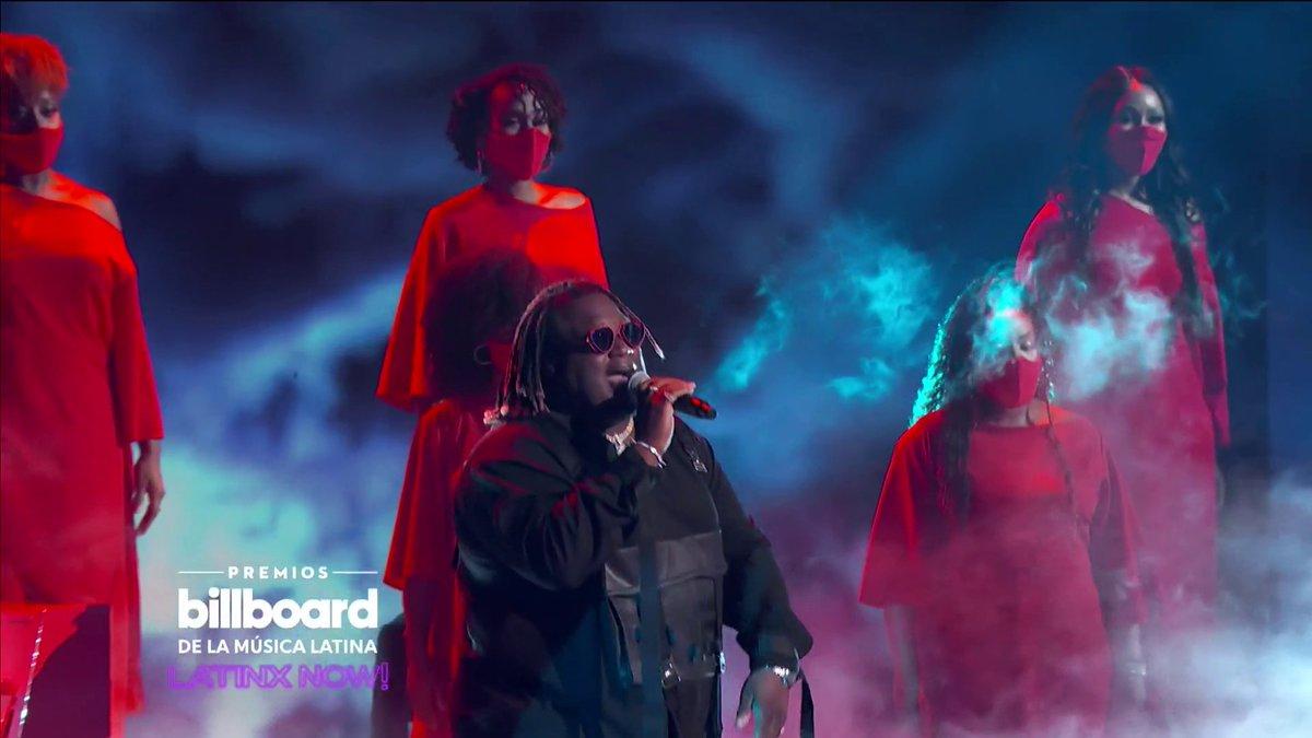 El performance de @sechmusic fue uno de los momentos favoritos de los hosts de @latinxnow en los #Billboards2020. 🇵🇦 El panameño se llevó el premio como 'Artista del año, debut'. 👏👏