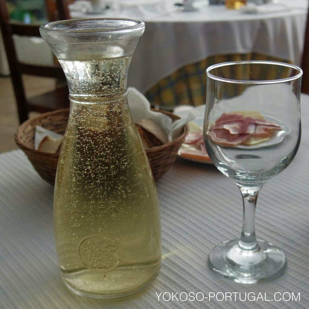 test ツイッターメディア - ポルトガル北部で作られる微発泡ワイン、ヴィーニョ・ヴェルデ。爽やかな味わいでアルコール度数も低めです。 #ポルトガル #ワイン https://t.co/gUZuULQlgP