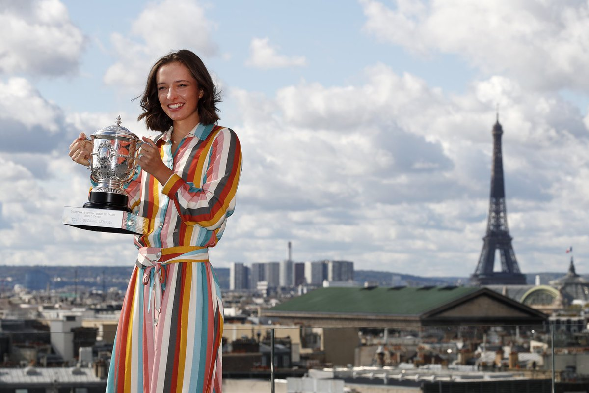 🗼Me and my new friend...😉 So grateful to hold beautiful Coupe Suzanne Lenglen and finally enjoy Paris from a different perspective than hotel room.🗼#trophyshoot #cityview https://t.co/1iIvffcztq
