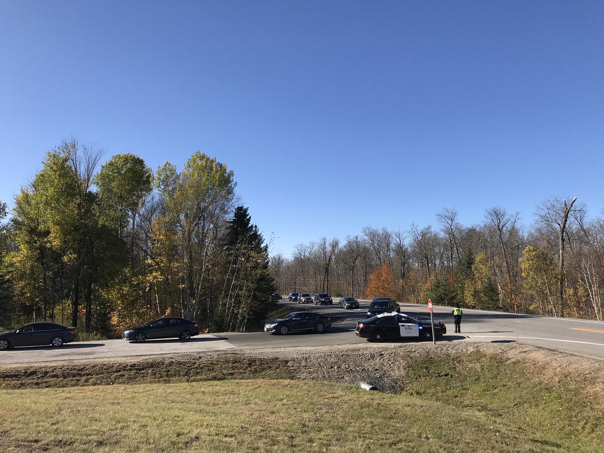 10:45: We are expecting to reach capacity within the hour. If you are still travelling to the Park you should consider other areas to enjoy fall colours. Expect delays, crowds and lineups. https://t.co/5nRi2L5TjS