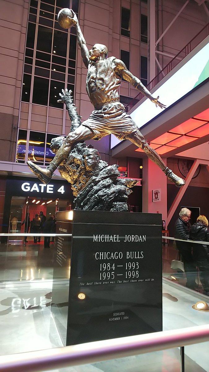 会場に入ったらチケットを発券して、マイケル・ジョーダンの像見て、グッズショップ行ってドリンク買って。 #Chicago #UNITEDCENTER #tmtmts