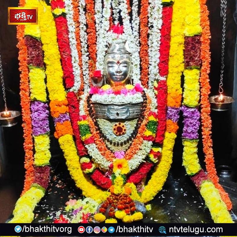 ఆలయంలో నేటి పూజ అలంకరణ. ☘️☘️🙏ఓం సోమేశ్వరాయ నమః🙏☘️☘️  #bhakthitv #pancharamam #someswaraswamy #lordshiva #shiva #siva #omnamahshivaya #haraharamahadev #omnamahshivay #hindu #hindutemple https://t.co/DIh0127YZA