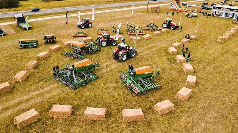Vektorkunst - Landwirtschaft, traktor, mit, getreide, anhänger, in,  kultiviert, land, getreidefeld, landschaft, hintergrund, abbildung, vektor.  EPS-Clipart gg68298847 - GoGraph