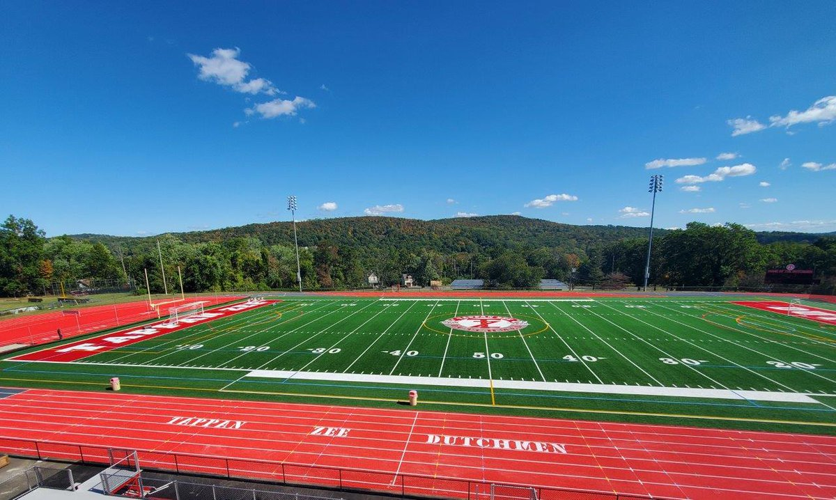 Colored exchange zones are all the rage. #Rekortan offers a variety of colors + ability to match school colors! Check out @Tappan_Zee_HS  Bright Red custom match + Grey exchange zones! It even looks faster! #fasttracks #colors #schoolcolors #track #trackandfield #athletics https://t.co/vevkMOy6Tr