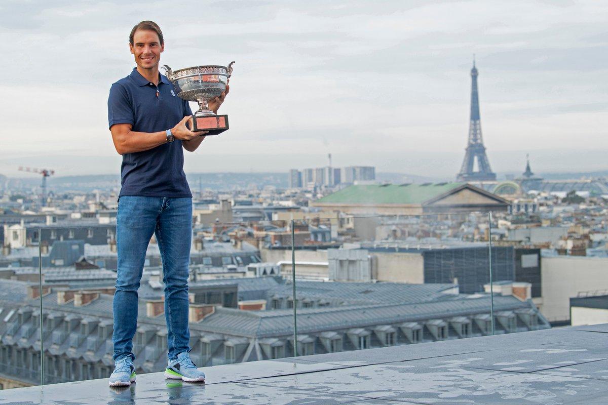 🏆Una vista su Parigi non male per i Campioni del #RolandGarros 2020!   🏆🇪🇸 @RafaelNadal  & 🏆 🇵🇱 @iga_swiatek    #tennis https://t.co/ZAoGsLXgoN