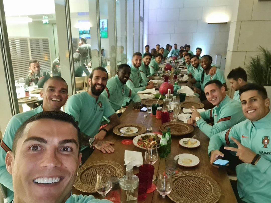 Unidos dentro e fora do campo! 🇵🇹👏🏽👊🏽 #todosportugal