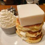 上に乗っている、これはお豆腐!?強烈なインパクトのパンケーキ!