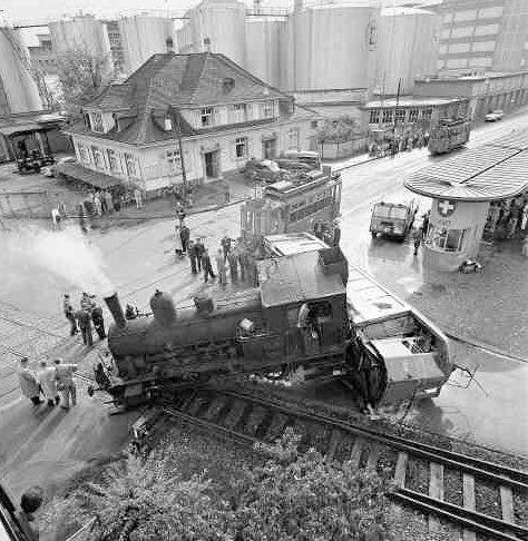 Heute vor 62 Jahren, am 13. Oktober, in #Basel: «Eine Dampflok mit rund 20 Güterwagen fuhr vom Hafen St. Johann durch die Schiffmühlestrasse in Richtung Hüningerstrasse. Unmittelbar vor der Landesgrenze kreuzen sich die Geleise von Hafenbahn und Tram. Es kam zum Zusammenstoss. https://t.co/JpuAsll7E2