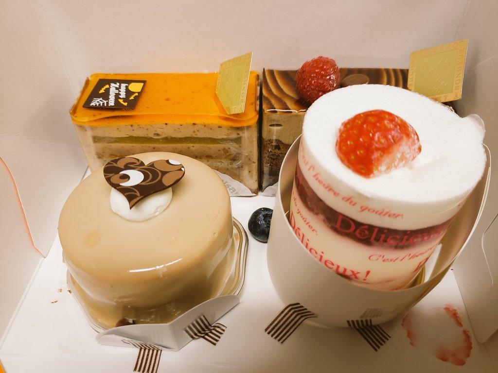 今日は結婚記念日、ケーキでお祝いです。