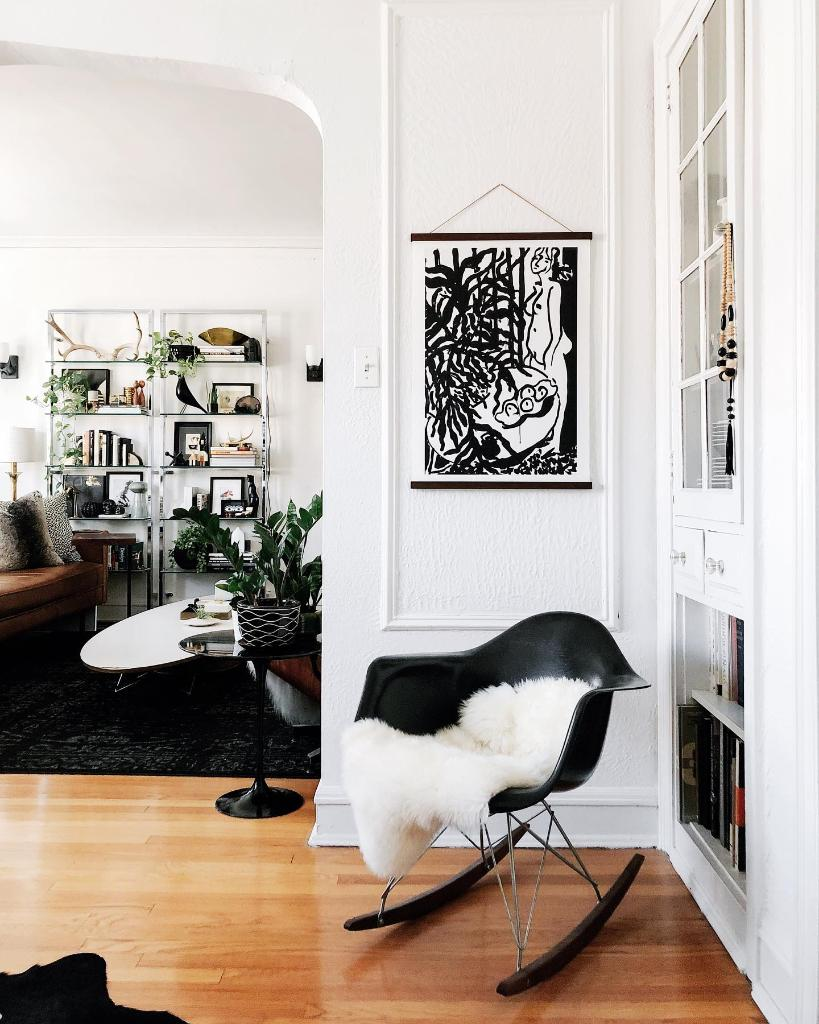 We don't have time for those mid-week blues—unless we're chatting music—in a space that looks as  cozy as this one from vintagemodernlove. Bring the Eames rocking chair to your space. https://t.co/BxFFrx4cUl #hmathome 📸: vintagemodernlove https://t.co/PdT4Edm0IU