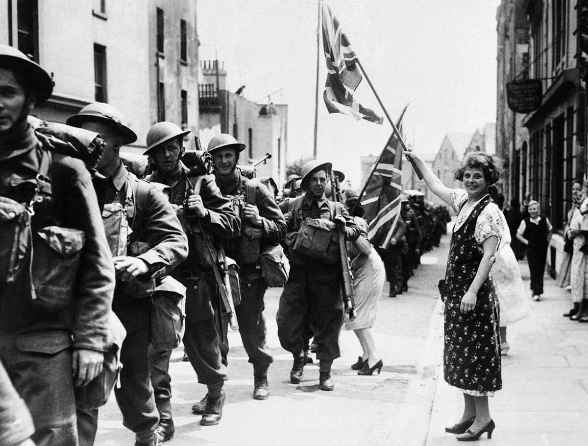 A women waving the #UnionJack flag greets passing soldiers, all #Canadians, as they march from the docks after disembarking in France, June 1940. #WWII https://t.co/yVlD6PTOQd
