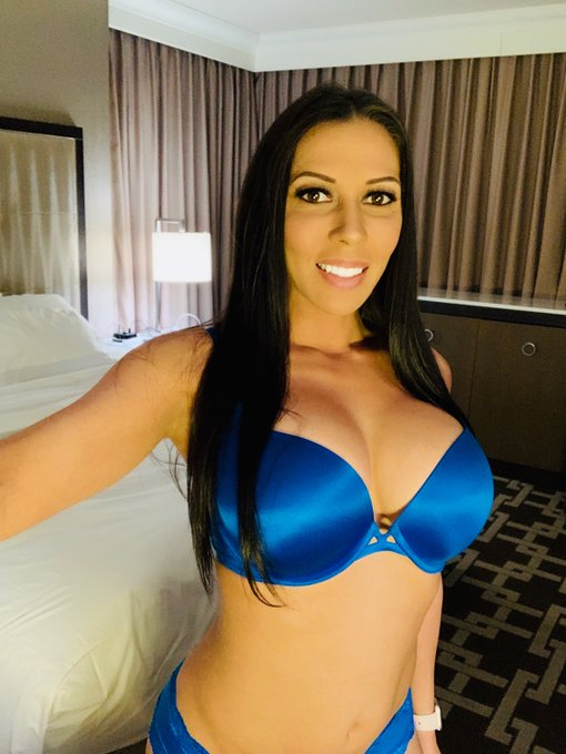1 pic. Literally in love with this blue lingerie 💙 https://t.co/0L5gBRQeTy