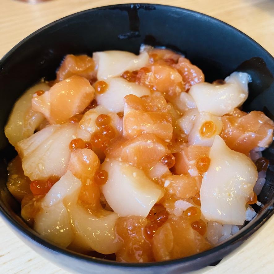 今朝のご飯をレシピにした( ´・‿・`)ホタテ・サーモン・いくら丼 by _mono  #クックパッド