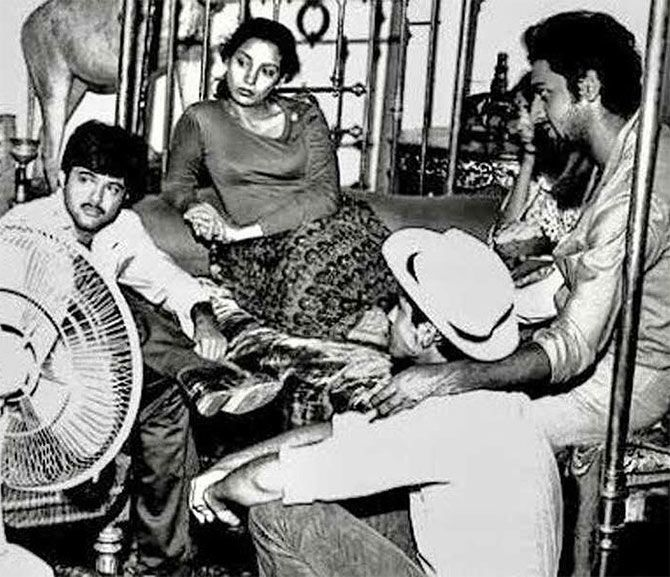 Anil Kapoor, Sanjay Kapoor, Gulshan Grover, Deepti Naval and Shabana Azmi on the sets of film Hum Paanch(1980).  Seems the young team is indulged in some quality discussion.  @AzmiShabana @AnilKapoor @GulshanGroverGG @DeeptiNaval @BoneyKapoor @arjunk26