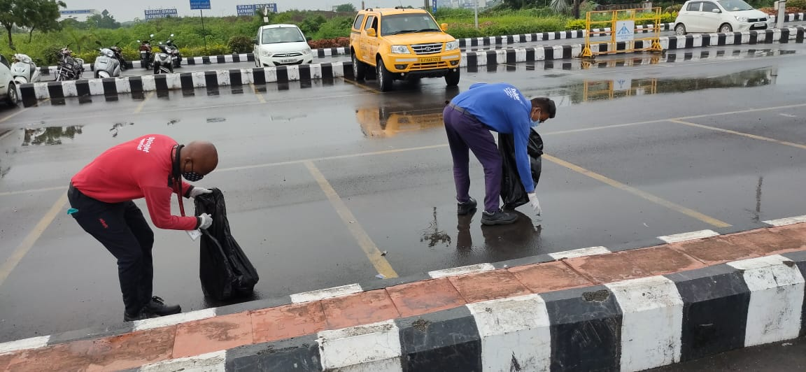 In Surat, Gujarat, a cleanliness awareness drive was organized at Surat Airport to ensure safety of all travelers. The Swachhata drive was organised by the airport authority along with @Indigo6E & @flyspicejet members. #MyCleanIndia