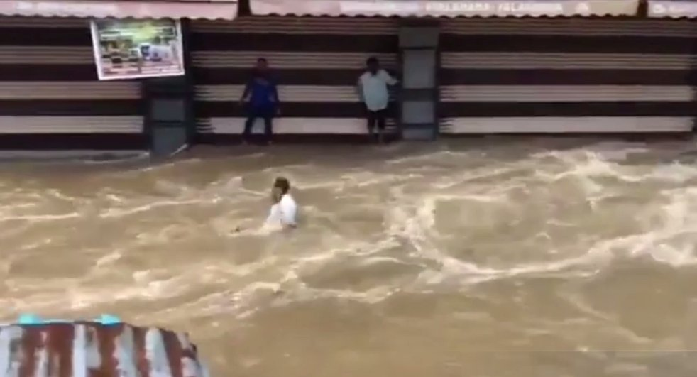 MAN WASHED AWAY IN  #Falaknuma , in #HyderabadRains  #LiveVideo  https://t.co/hvOPd7YSwW via @YouTube  ALSO in #puranapul PILI MANDAP'S POPULAR LORD #SHIVATEMPLE DROWNED https://t.co/76sgFsoGOh
