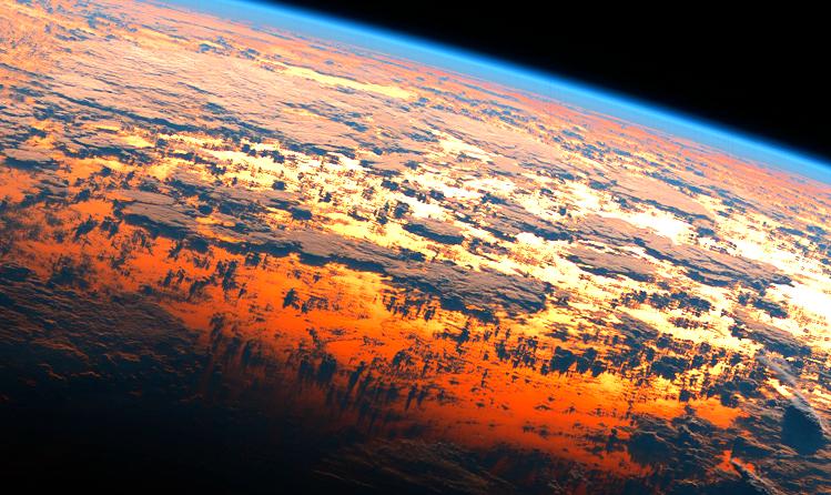 宇宙から見た地球の朝焼け.