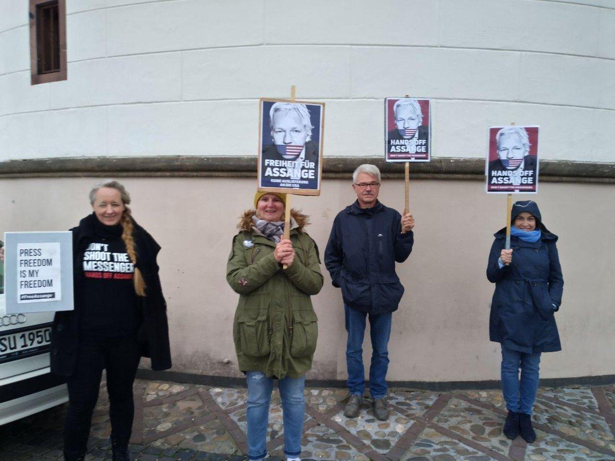 #FreeAssange Mahnwache #Düsseldorf 14.10.2020  Herzlichen Dank an alle, die dabei waren! ✊  Was Julian #Assange erleben muss, kann uns allen passieren, wenn wir JETZT nicht aktiv werden!  Freiheit für #JulianAssange! 📢  https://t.co/UJPLp6JoUF   #StopTheShowTrial https://t.co/AAvv9i0MZ5