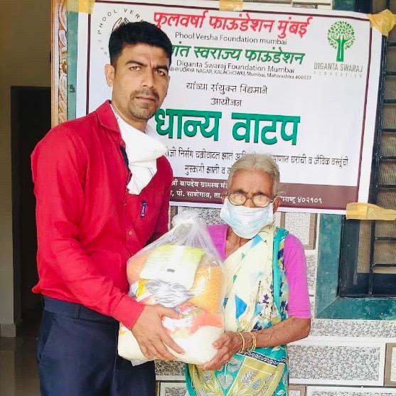 @iAmitRSharma #NessWadia @KanikaDhillon @tweetgarima #RavinderNathSharma @ChromePictures @EntourageFilms @Kineer_blessed  #PhoolVershaFoundation #NamMyohoDaan #Covid19 #Coronavirus #Donations #Charity #IndiaFightsCorona  #FeedTheNeedy #Mumbai #India #Raigarh https://t.co/0TZaOcmQVd